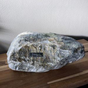 Foto naamplaatje op stenen urn voor huisdier totaalplaatje