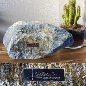 Foto naamplaatje op stenen urn voor huisdier